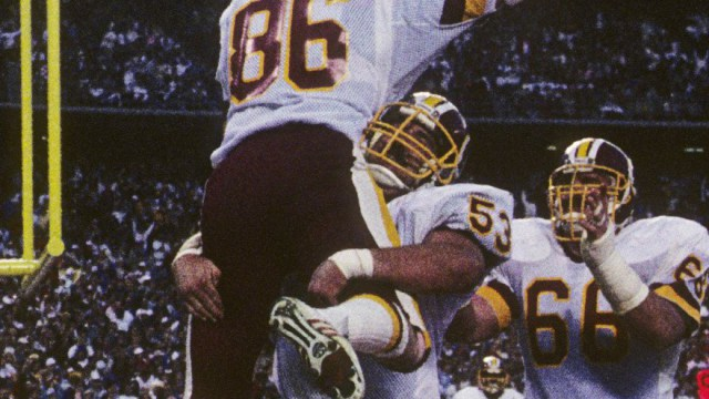 Jeff Bostic (53) e Joe Jacoby (66) festeggiano in end zone con Clint Didier (86)