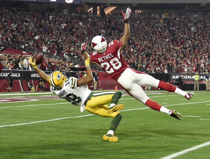 January 16, 2016; Glendale, AZ, USA; Green Bay Packers wide receiver Randall Cobb (18) catches a pass against Arizona Cardinals cornerback Justin Bethel (28) during the first half in a NFC Divisional round playoff game at University of Phoenix Stadium. Mandatory Credit: Kyle Terada-USA TODAY Sports ORG XMIT: USATSI-245814 ORIG FILE ID: 20160116_gav_st3_114.JPG