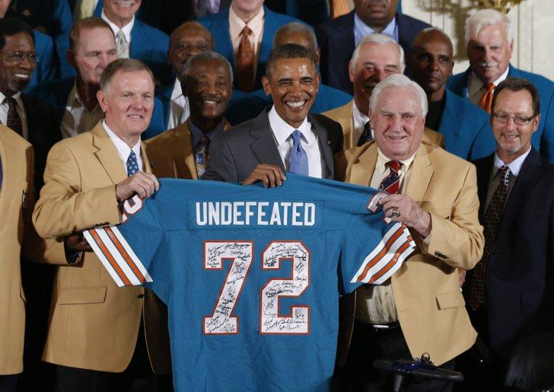 Bob Griese e Don Shula regalano la maglia ad un tifoso dei Bears